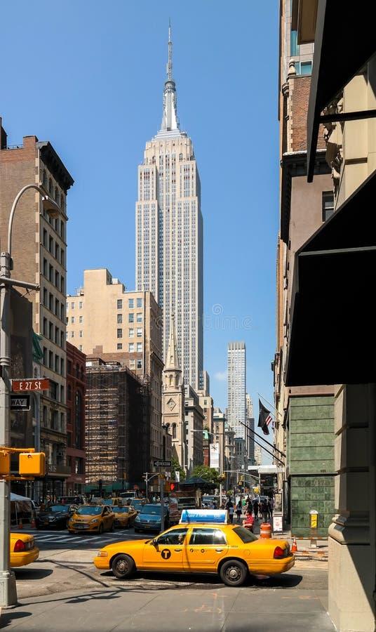 Niskiego kąta widok drapacz chmur w środek miasta Manhattan zdjęcie royalty free