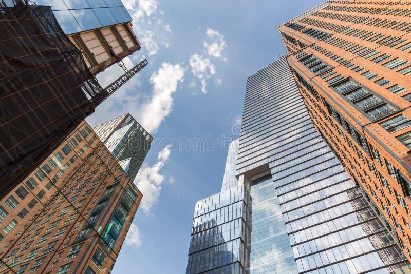 Niskiego kąta widok drapacze chmur w Chelsea fotografia stock