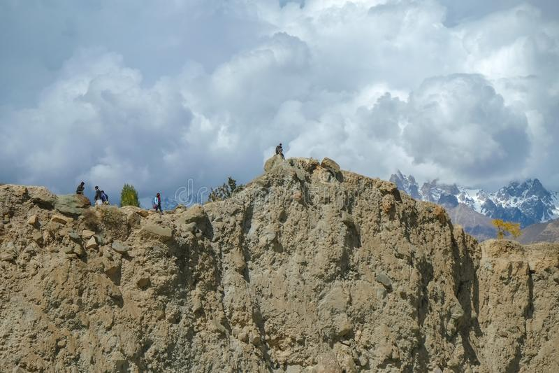 Niskiego kąta widok faleza z śniegiem nakrywał góry w tle zdjęcia royalty free
