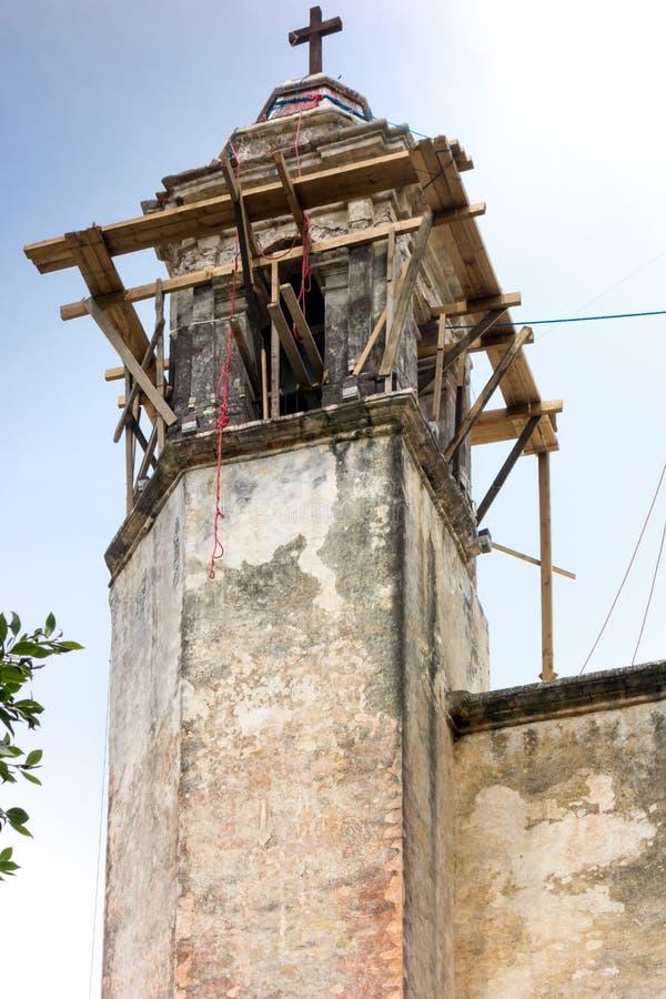 Niskiego kąta widok kościelny w budowie, Meksyk, Mexi zdjęcie royalty free
