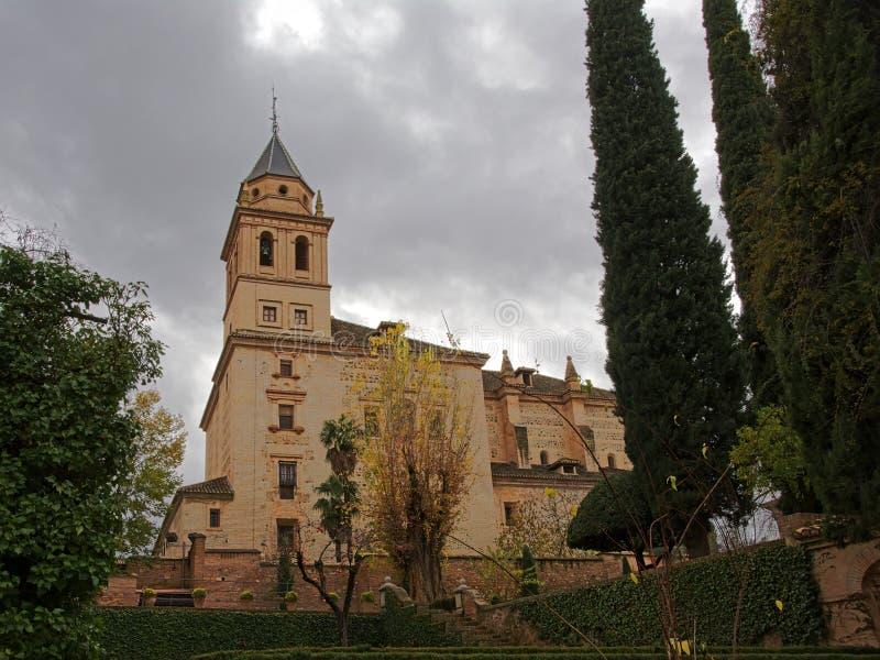 Niskiego kąta widok na kościół Santa Maria de Alhambra, Granada, Hiszpania, na chmurnym dniu zdjęcia stock