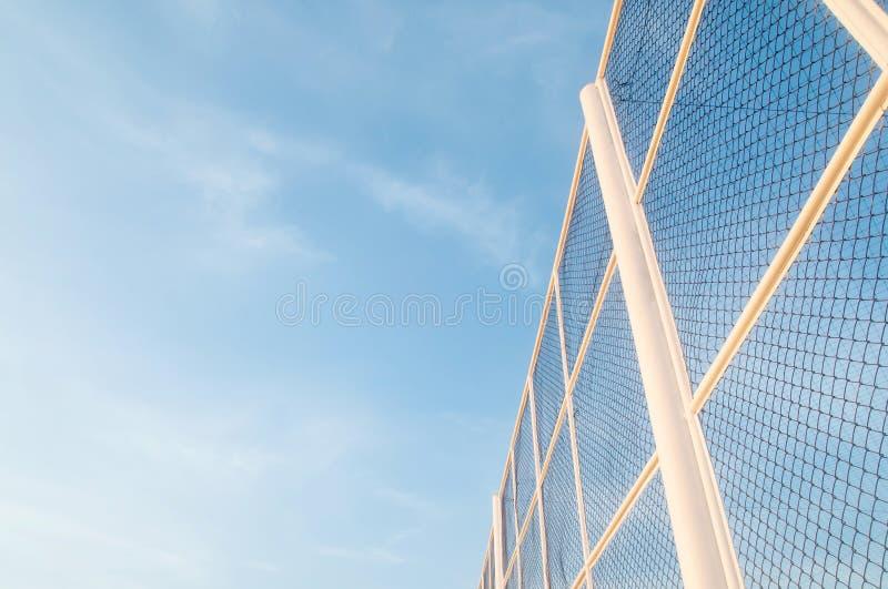 Niskiego kąta widok piękny bielu ogrodzenie przeciw bławemu niebu zdjęcia royalty free