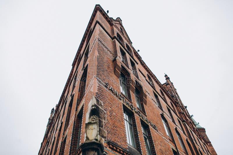 Niskiego kąta widok Sandthorquaihof w Speicherstadt okręgu, Hamburg, Niemcy, Europa obrazy stock