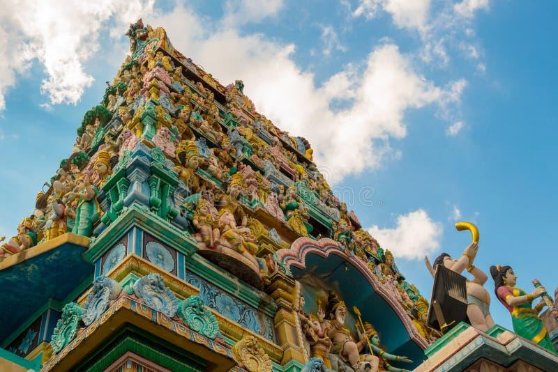 Niskiego kąta widok Sri Layan Sithi Vinayagar hinduizmu świątynia w Singapur zdjęcie stock