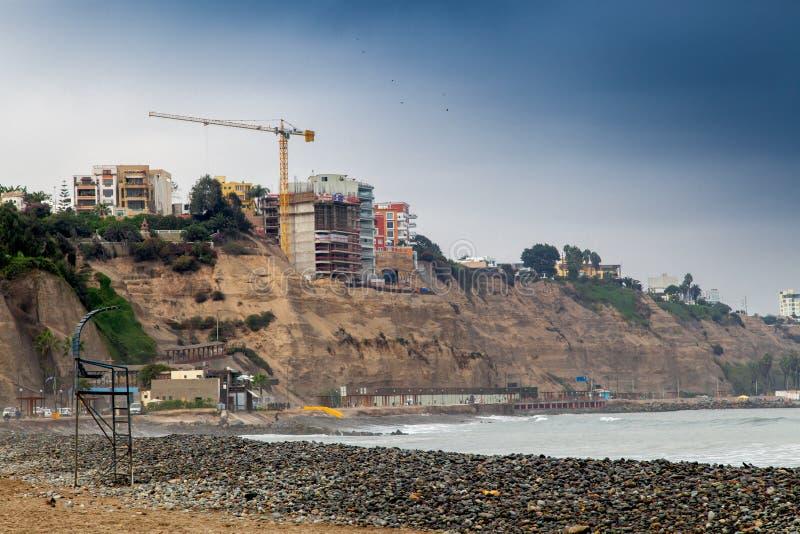 Niskiego kąta widok w budowie przy wybrzeżem budować, Miraflor obrazy stock