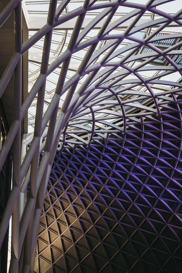 Niskiego kąta widok współczesny dach John McAslan, partner przy królewiątka ` s krzyża stacją +, Londyn, UK obrazy royalty free
