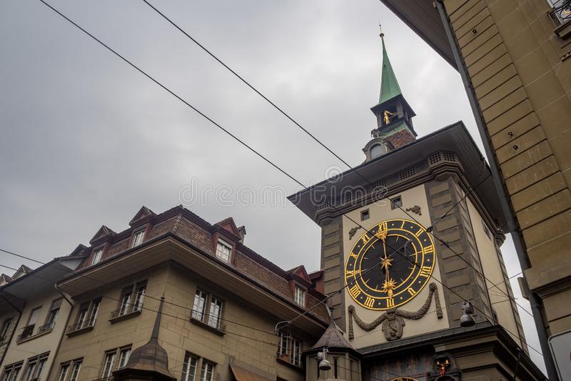 Niskiego kąta widok Zytglogge jest punktu zwrotnego zegarowym wierza w Bern na chmurnego nieba tle obrazy stock