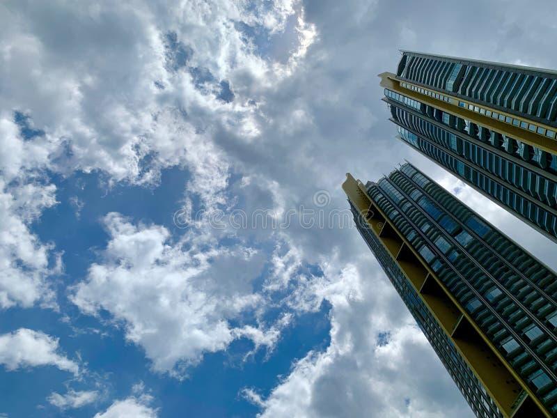 Niskiego kąta wizerunek wysocy budynki na nieba tle obraz stock