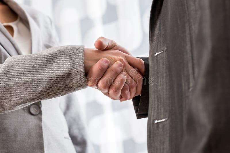 Niskiego kąta zbliżenia widok biznesowy uścisk dłoni zdjęcia royalty free