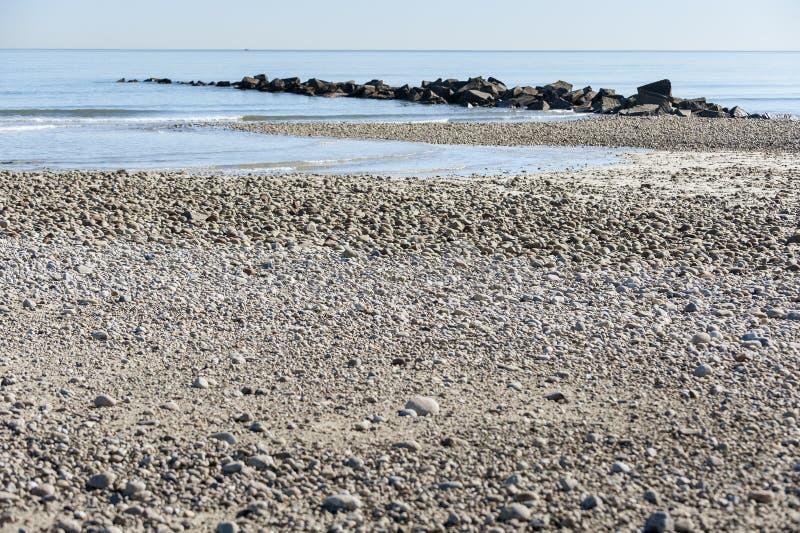 Niskiego przypływu płaskiej wody skalista plaża fotografia royalty free