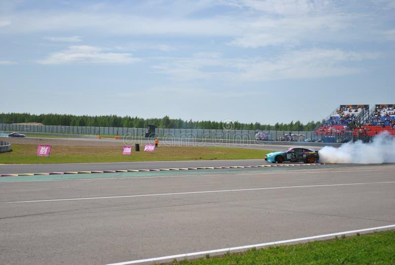 Nissan gtr-r, дорога, след, асфальт, кольцо участвует в гонке Конкуренции Sportscar настраивая на настроенных автомобилях в смеще стоковые фотографии rf
