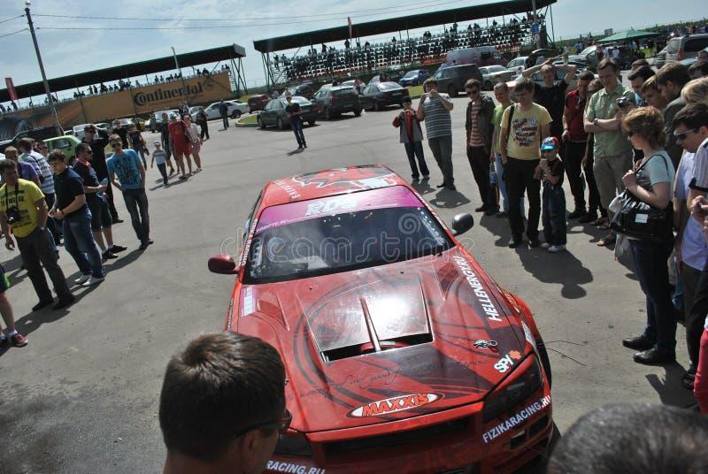 Nissan gtr-r, дорога, след, асфальт, кольцо участвует в гонке Конкуренции Sportscar настраивая на настроенных автомобилях в смеще стоковое фото