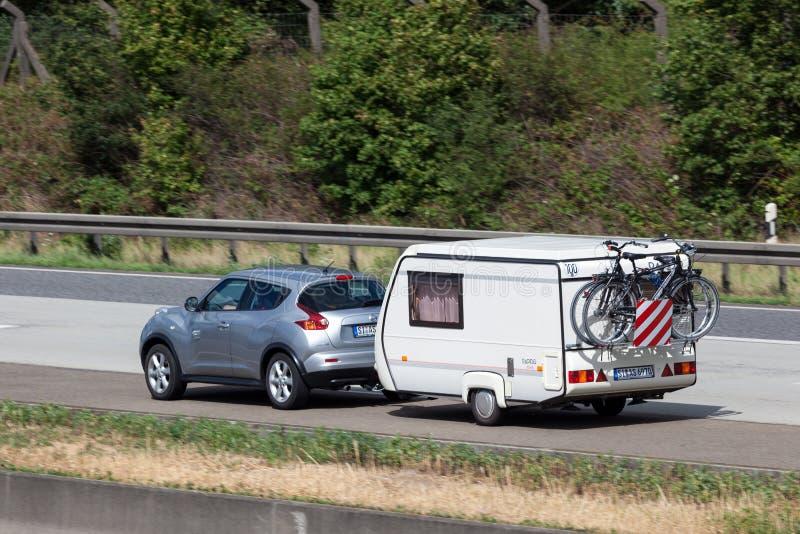 Nissan Juke mit einem Wohnwagen stockfotografie