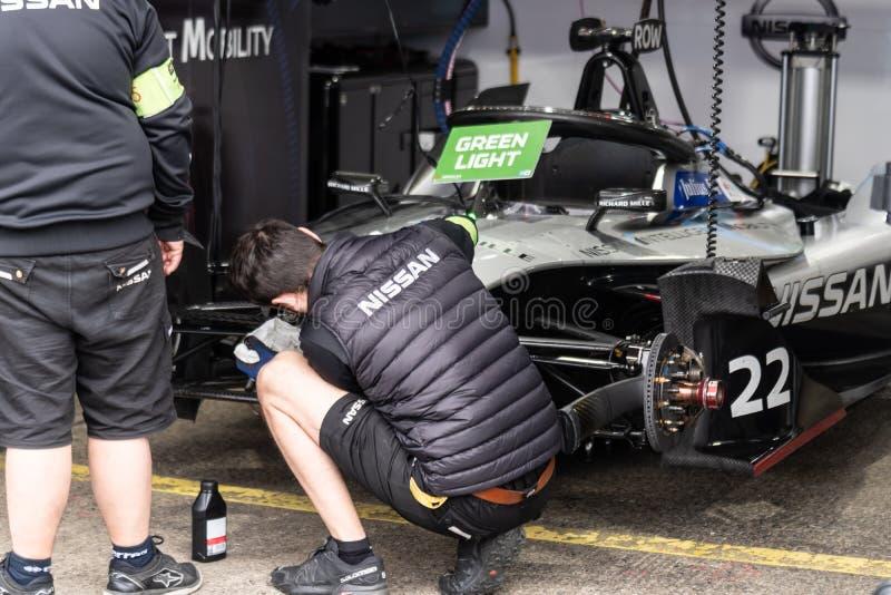 Nissan-Mechaniker bei der Arbeit stockbild