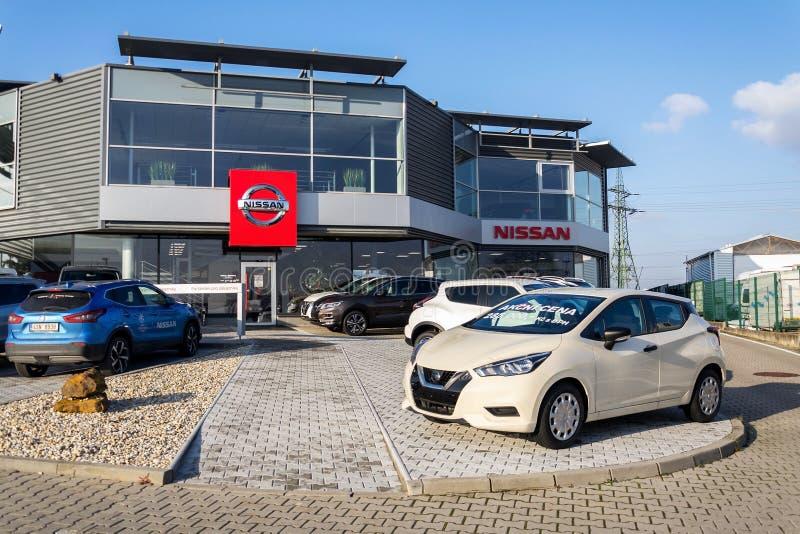 Nissan Motor firmabilar som framme står av återförsäljarebyggnad fotografering för bildbyråer