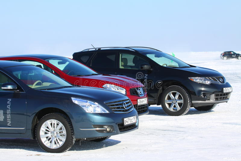 Nissan Murano, Qashqai und Teana auf Eis vom Baikalsee lizenzfreies stockbild