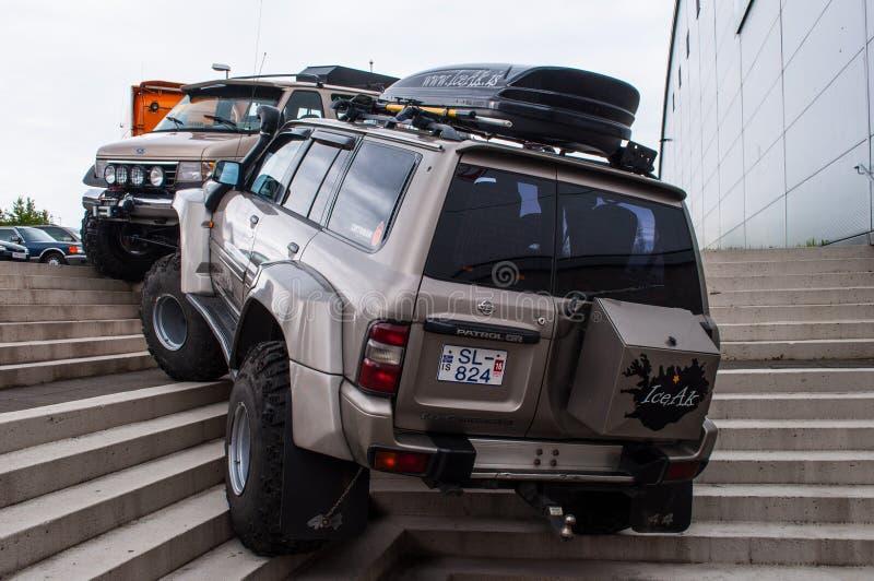 Nissan Patrol modificado islandés en los neumáticos grandes fotografía de archivo