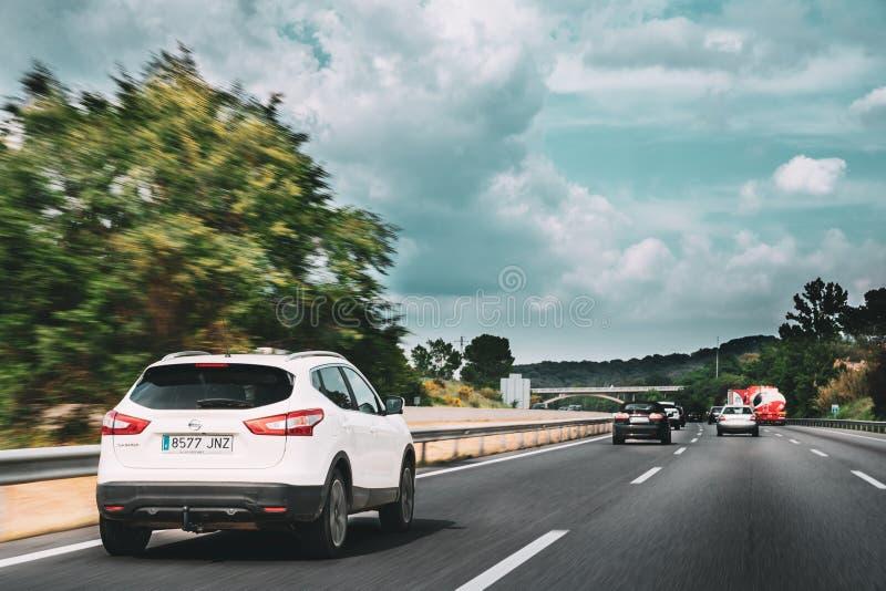 Nissan Qashqai Driving In Motorway-Straße Nissan Qashqai ist COM stockbilder