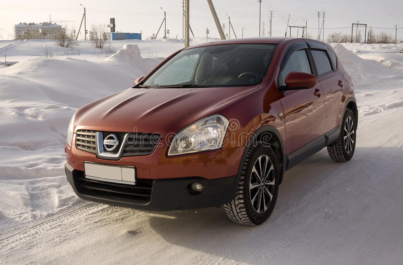 Nissan Qashqai en color rojo Ésta es la cruce que combina diseño del modark y el refinamiento compacto de la ventana trasera con  fotografía de archivo