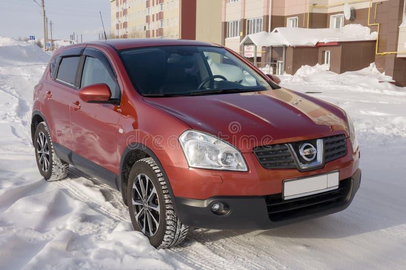 Nissan Qashqai en color rojo Ésta es la cruce que combina diseño del modark y el refinamiento compacto de la ventana trasera con  fotos de archivo libres de regalías