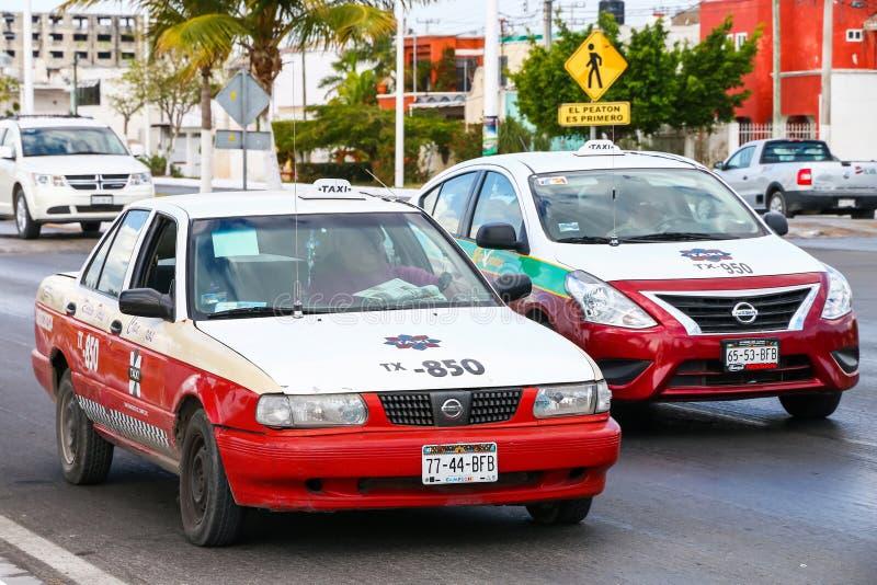 Nissan Tsuru och Nissan Versa royaltyfri foto