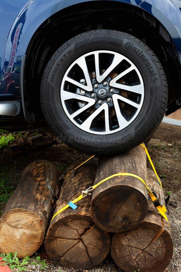Nissan 4x4 vai sobre alguns troncos imagens de stock royalty free