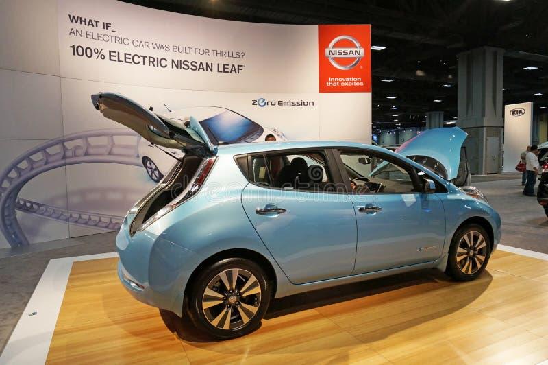 Nissans poussent des feuilles véhicule électrique image stock