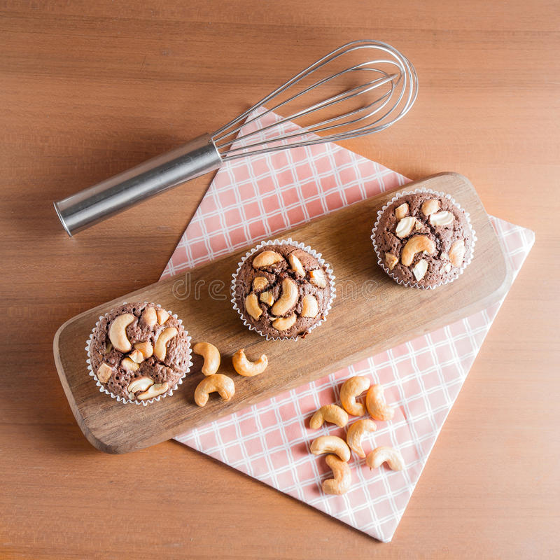 Nissen för chokladkaka med kasjuer på träBackgr royaltyfria bilder