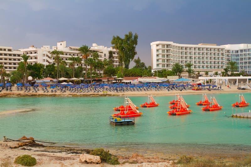 Nissi pla?a w Ayia Napa, Cypr, morze ?r?dziemnomorskie Morze pla?a relaksuje, plenerowa podr?? zdjęcia stock