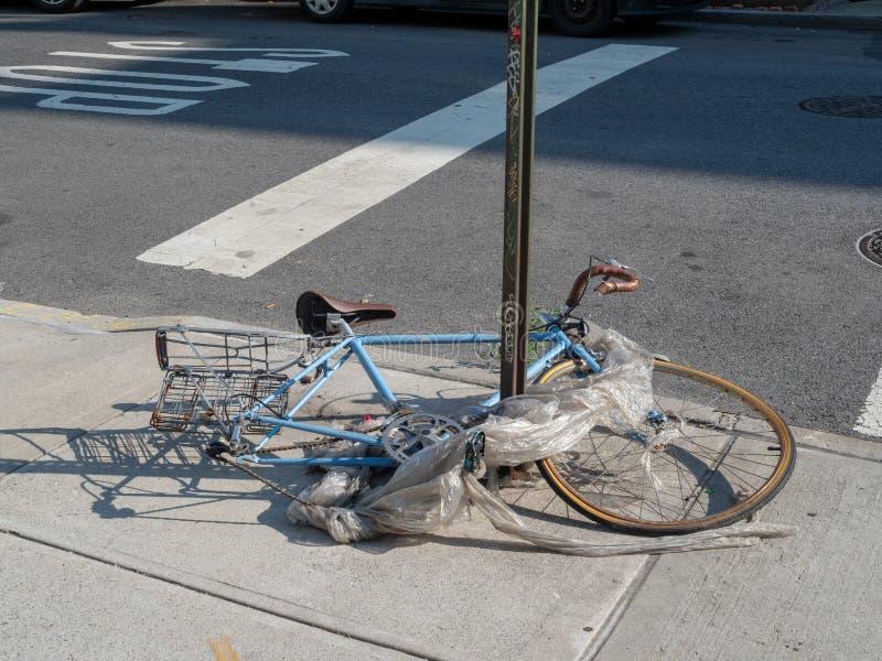 Niszczący rower zawijający w śmieci łamającym na rogu ulicy zdjęcie royalty free