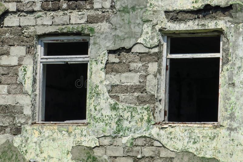 Niszczy ogieniem, łamający okno, pali puszek, porzucającego, dewastuje, mieści, niebezpieczny, zdjęcie stock
