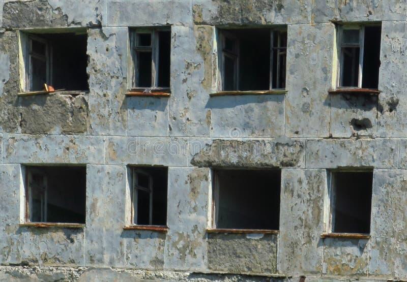 Niszczy ogieniem, łamający okno, pali puszek, porzucającego, dewastuje, mieści, niebezpieczny, zdjęcia stock