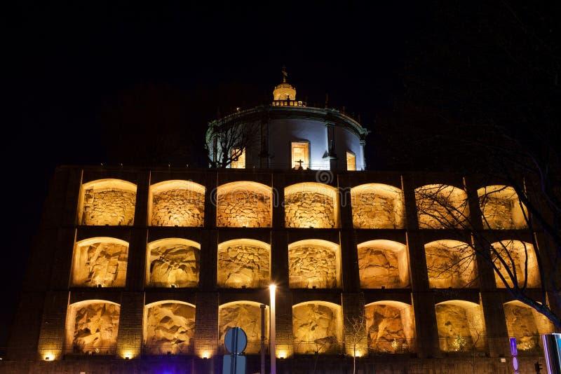 Niszy Serra robią Pilar w Vila Nova De Gaia nocą fotografia royalty free