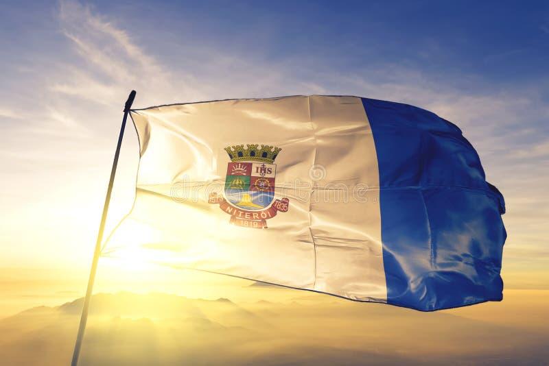 Niteroi der Flagge Brasiliens schwellt auf dem obersten Sonnenaufgangsnebel stockfotos