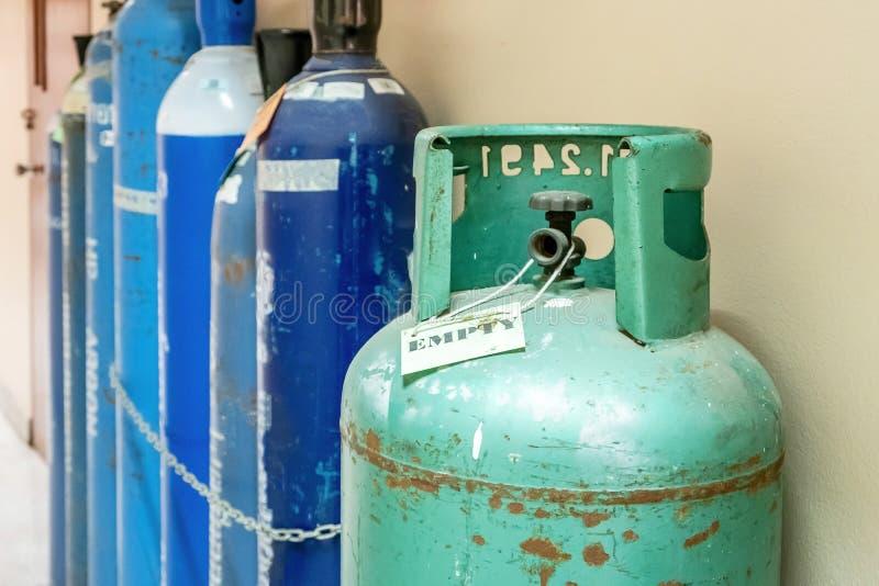Nitrógeno, helio, el tanque del aire del oxígeno y metro cero de la presión de gas con el regulador para supervisar proceso de pr fotografía de archivo