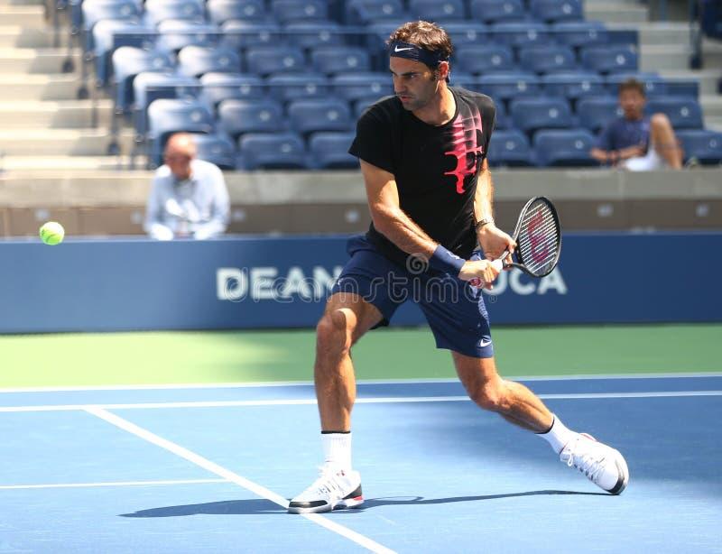 Nitton mästare Roger Federer för storslagen Slam för tider av Schweiz öva för US Open 2017 royaltyfri bild