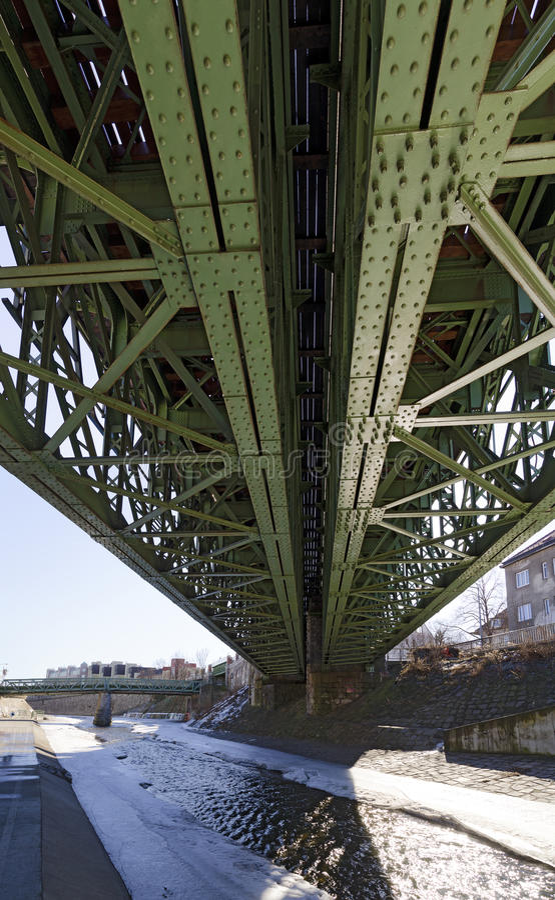 Nitujący stal most przez Wiedeńską rzekę zdjęcie stock
