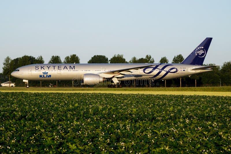 Nivå för Skyteam KLM Royal Dutch flygbolagBoeing 777-300ER PH-BVD passagerare som åker taxi på den Amsterdam Schipol flygplatsen arkivfoto