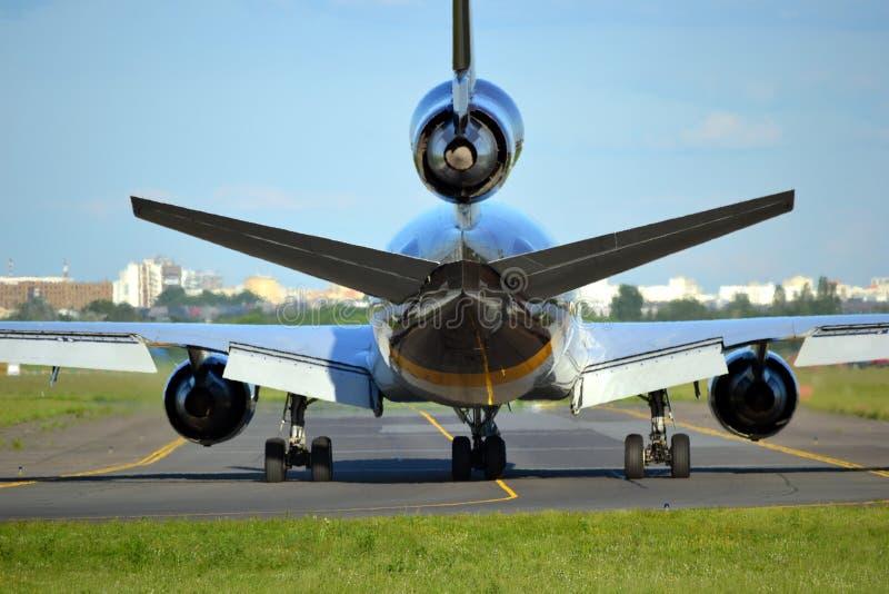 Nivå. landningsbana flygplats royaltyfria foton