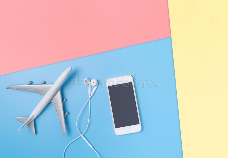 Nivå med den mobila hörluren på blått kopieringsutrymme för affisch och tex arkivbilder