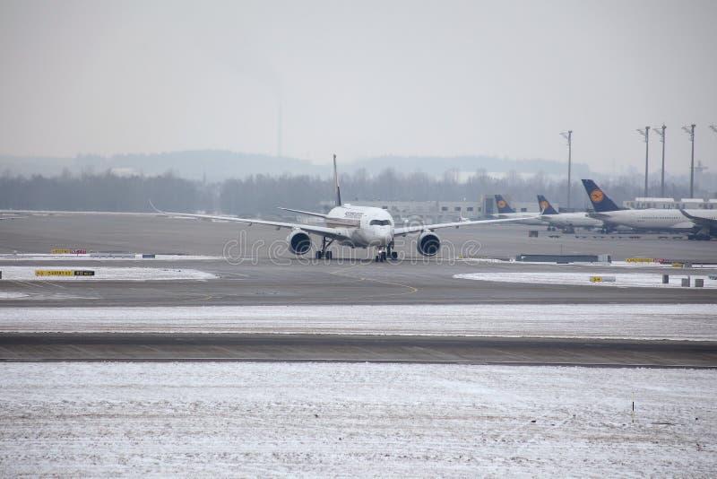Nivåer på slutliga portar i den Munich flygplatsen, vintertid med snö royaltyfri fotografi