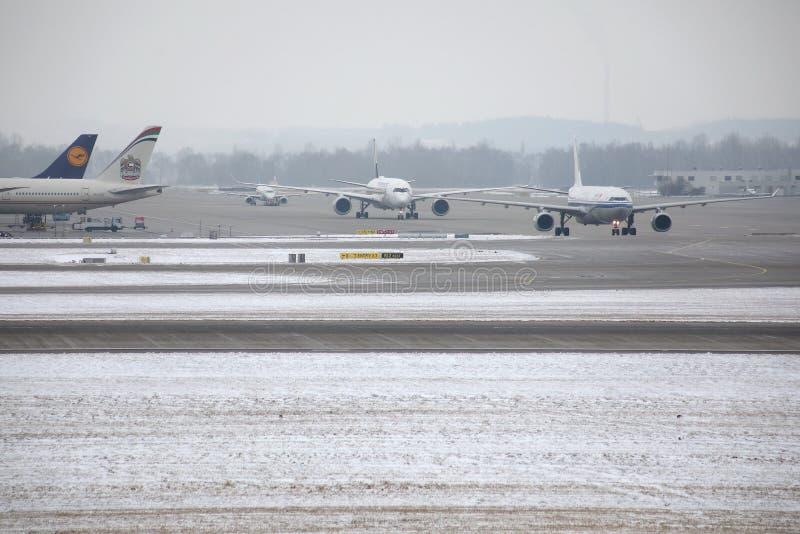 Nivåer på slutliga portar i den Munich flygplatsen, vintertid med snö arkivfoton