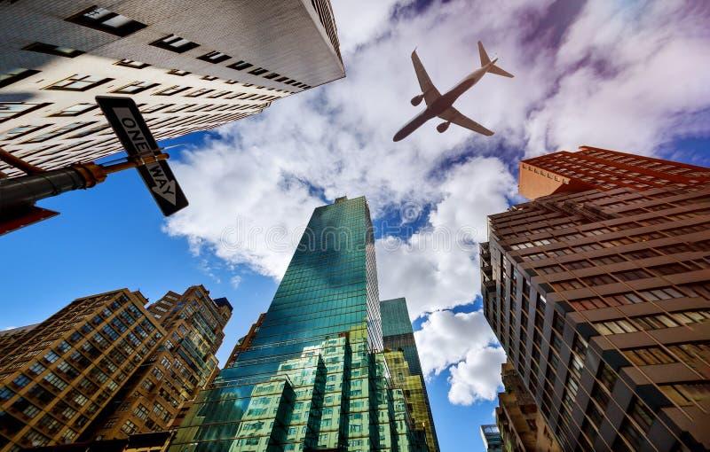Nivån flyger bottenläge över den New York City Manhattan horisonten USA royaltyfria bilder