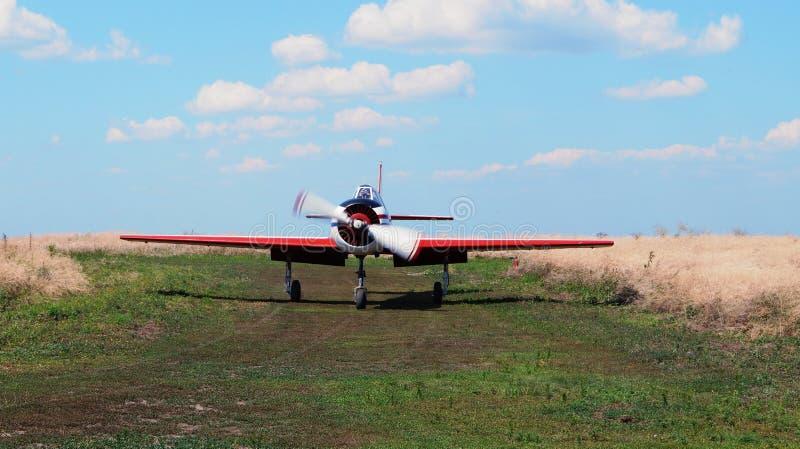 Nivån med propellern och röda vingar royaltyfri foto
