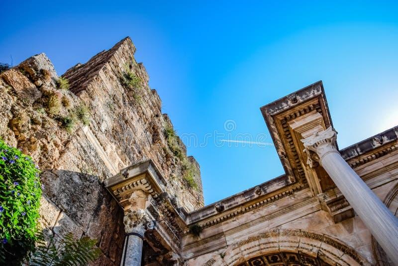 Nivån som lämnar en kondensationsslinga, flyger högt ovanför portarna av royaltyfri bild