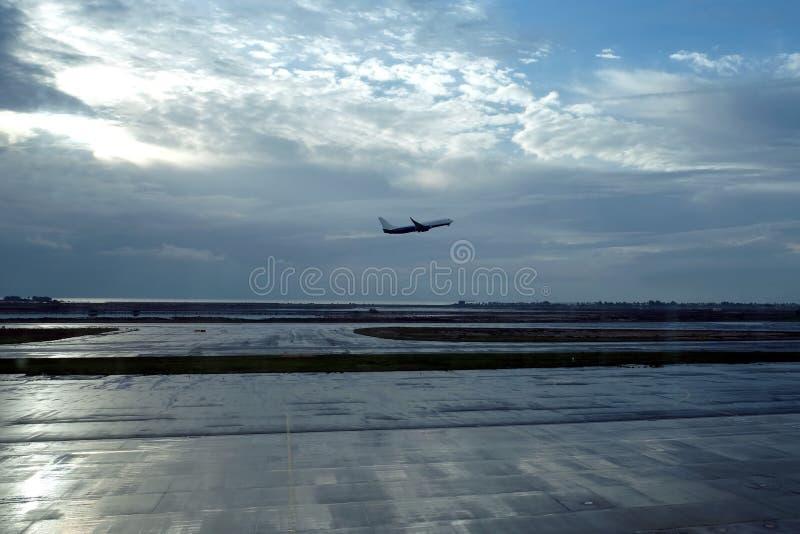 Nivån tar av tidigt på morgonen från landningsbanan av flygfältet på gryning och havet i avståndet fotografering för bildbyråer