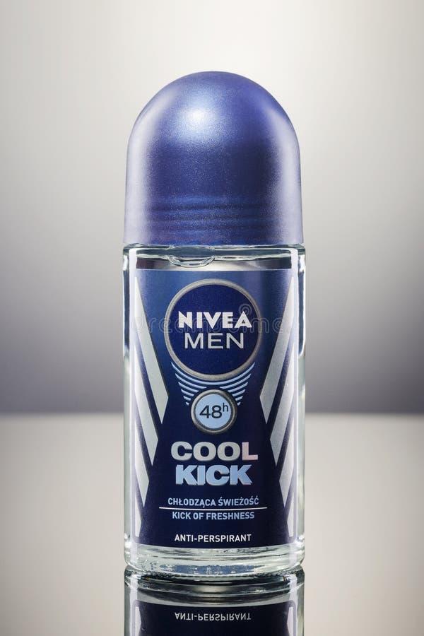 Nivea-desodorierendes Mittel lokalisiert auf Steigungshintergrund lizenzfreies stockfoto