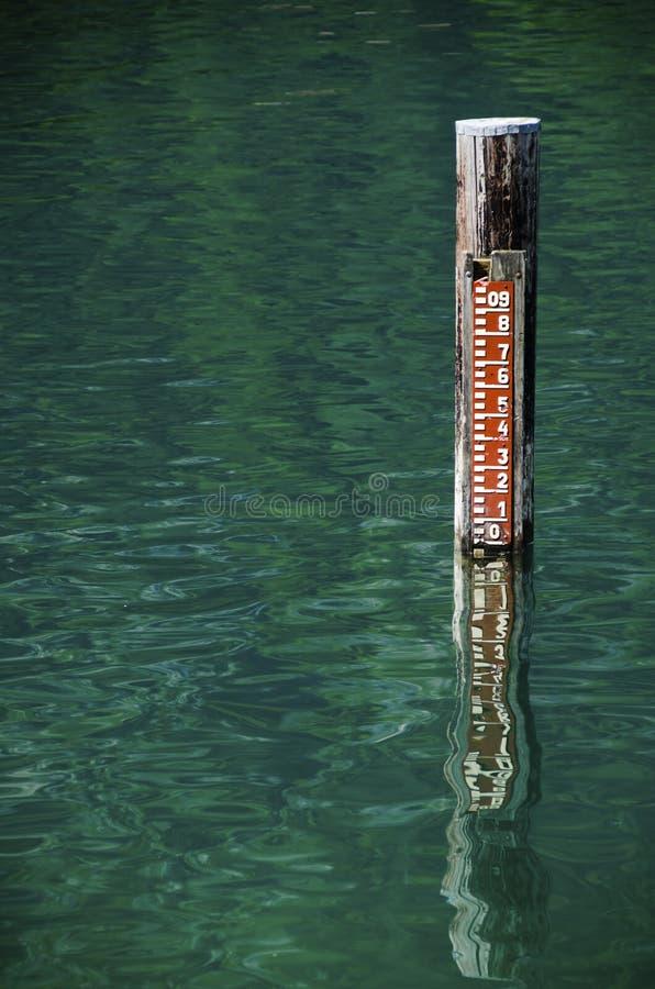 Niveau d'eau dans un lac photographie stock