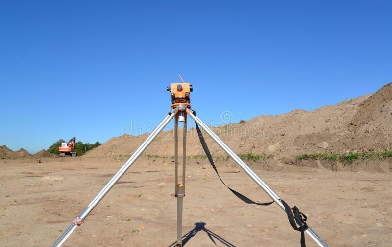Niveau gegen Bodenbewegung in der archäologischen Expedition lizenzfreies stockbild