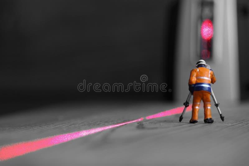 Niveau miniature de laser de travailleur de la construction image libre de droits